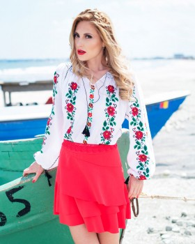 IE TRADITIONALA ROMANEASCA Trandafiri Rosii